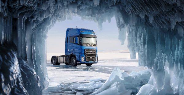 Ödüllü F-MAX, donmuş Baykal Gölü üstünde hız rekoru kırdı